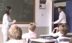 Padre de familia parado en la clase del colegio de su hijo